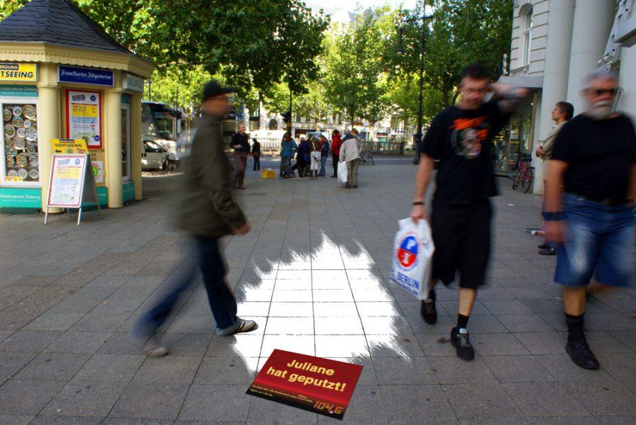 Ambientmaßnahme: Bodenaufkleber in Fußgängerzone